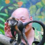A lins în fund o maimuță pentru a-i salva viața