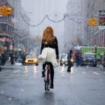 O blondă pe bicicletă