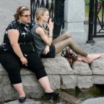 Blondă nesigură pe frumusețea ei e consolată de prietena ei mult mai grasă