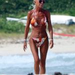 Pe plaja din Eforie, o femeie e îmbrăcată din priviri de vecinii de pătură
